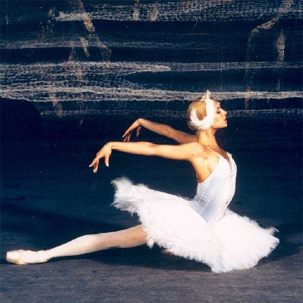 В 1998 году балетмейстер Владимир Васильев пригласил её в Большой театр, танцевать главную партию Царевны-Лебедь в своей новой постановке «Лебединое озеро».