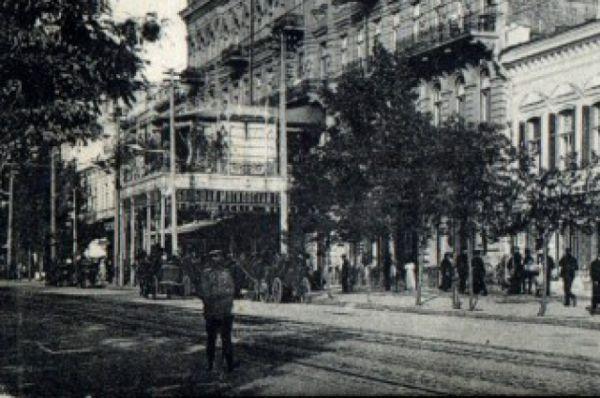 Над парадным входом гостиницы имелся выносной балкон-навес, на котором размещался летний зал ресторана.