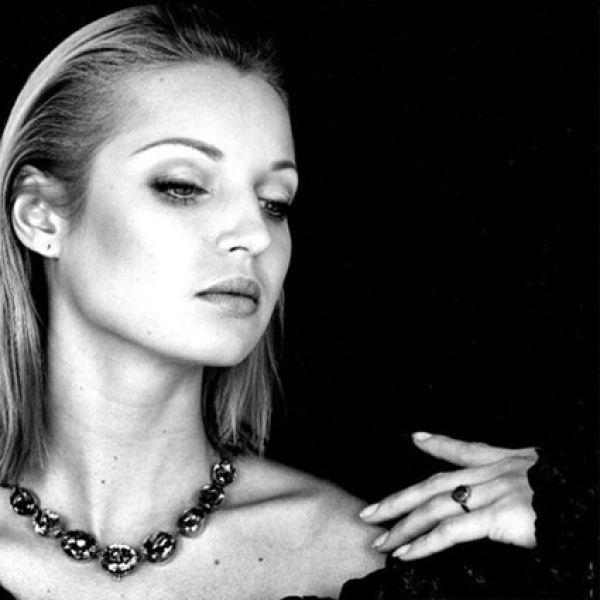 Тогда же Волочкова стала превращаться в звезду светской хроники и таблоидов, стала «лицом» ювелирного дома Chopard.