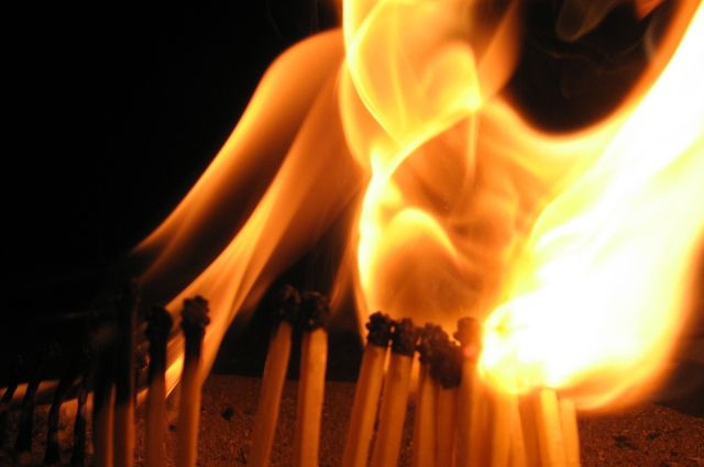 Очевидцы выложили фотографии возгорания в сеть.