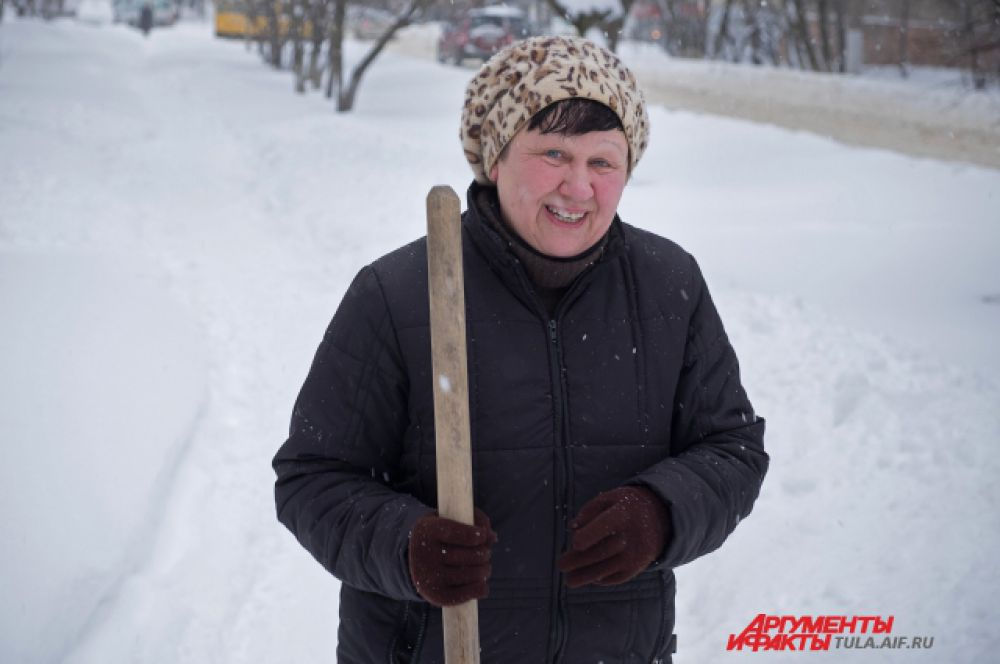 А вот это женщина с лопатой вовсе не дворник, но смотреть на снежные завалы и ничего не делать, не может. Одолжила лопату и сама принимает участие в расчистке улиц. Настоящий герой.