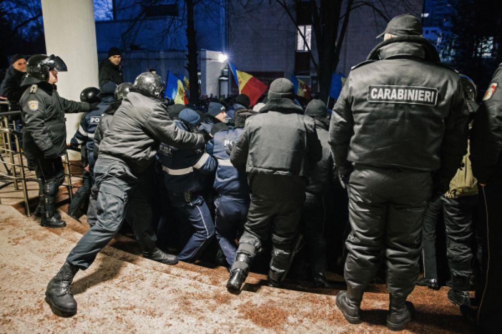 Политический кризис в республике длится с сентября 2015 года — тогда в Кишиневе начались массовые акции протеста.