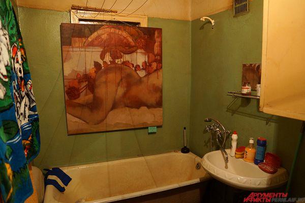 Картины разбросаны по всем помещениям квартиры. Одна из работ находится в туалете.