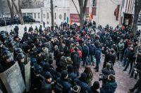 Протестующие и сотрудники правоохранительных органов у здания парламента в Кишинёве.