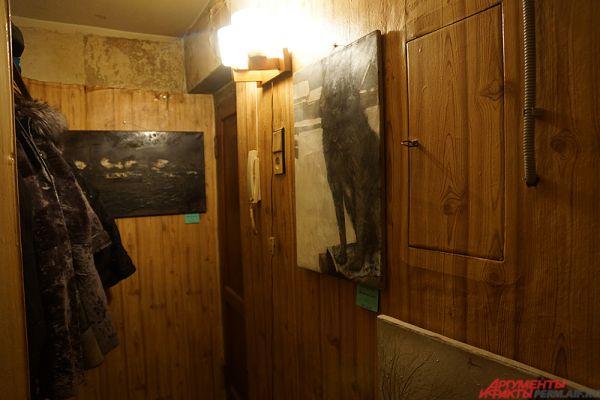 Пару художественных произведений висит в коридоре.
