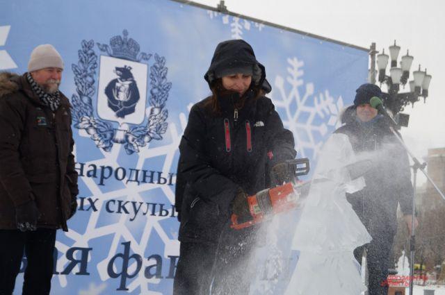 На церемонии открытия традиционно распилили ледяную елочку