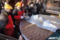 В прошлом году всем гостям предлагали отведать не только гигантскую колбасу, но и многослойный бутерброд с колбасными обрезками.