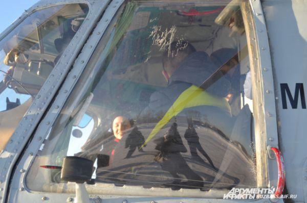 Всего же в кабину помещается два пилота (на случай, если одному станет плохо) и бортовой техник.