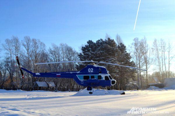 Нечастых в авиаспецназе гостей встречает старый вертолёт, уже давно отслуживший своё и собранный из нерабочих частей.
