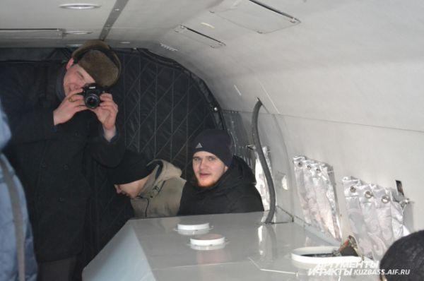 Около 20 студентов КемГУ с любопытством и восторгом разглядывали «внутренности» вертолёта, кто-то впервые в жизни в этот день поднялся в воздух.