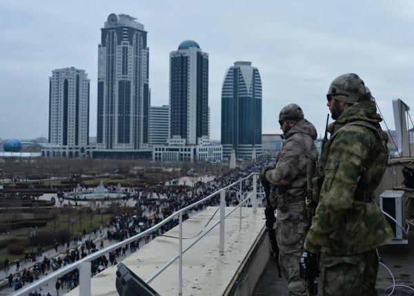 Сотрудники правоохранительных органов следят за порядком на площади перед мечетью имени Ахмата Кадырова во время митинга «В единстве наша сила» в поддержку главы Чечни Рамзана Кадырова в Грозном.