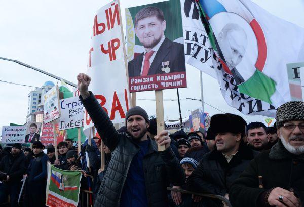 Участники митинга на площади перед мечетью имени Ахмата Кадырова.