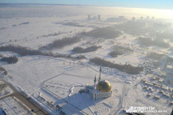 Если «отрезать» кусочек Ленинского района, как тут, то выйдет занимательная картина – отчётливо виден край города и огромное нетронутое пока человеком пространство.