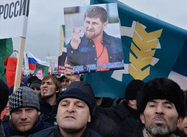 Митингующие держали в руках транспаранты «Я за Кадырова», «Кадыров – патриот России», «Навальный выбрал путь провальный», «Не быть пятой колонне» и другие.