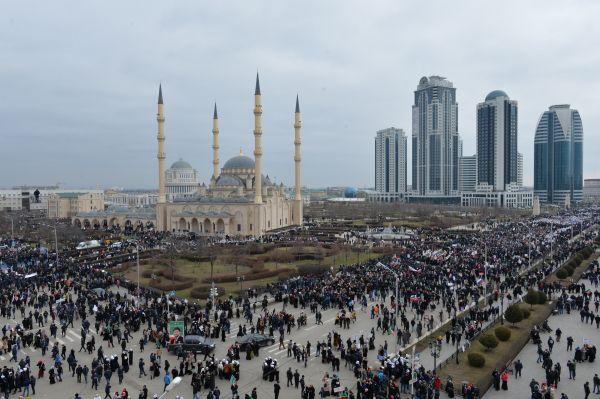 Участники многотысячного митинга «В единстве наша сила» в поддержку Рамзана Кадырова заполнили центральную площадь Грозного и прилегающие к ней проспекты и скверы.