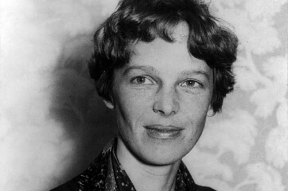 Амелия Эрхарт — американская писательница и пионер авиации. Она была первой женщиной-пилотом, перелетевшей Атлантический океан. Написала несколько книг-бестселлеров о своих полётах и сыграла важную роль в создании организации женщин-пилотов «Девяносто девять».