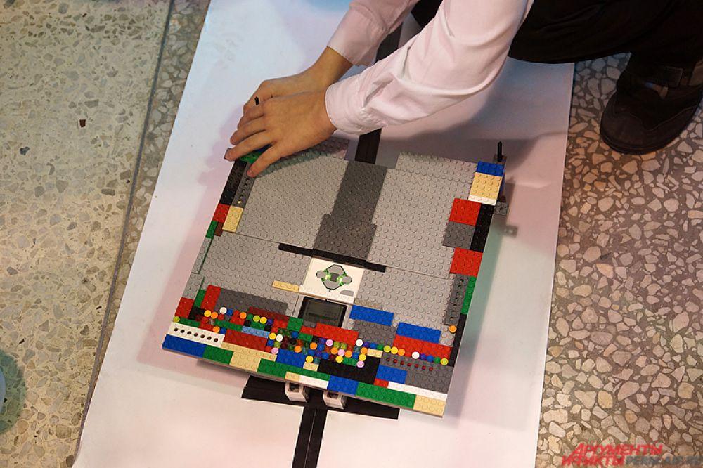 Около 10 команд из кружков робототехники представили на суд зрителей различные проекты.