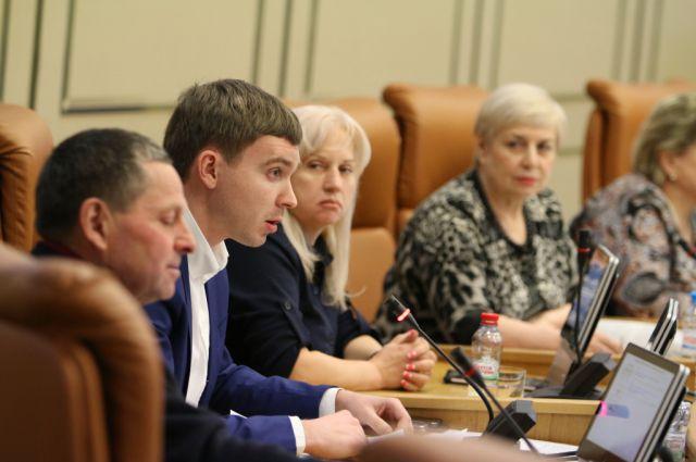 Сергей Суртаев (смотрит вправо).