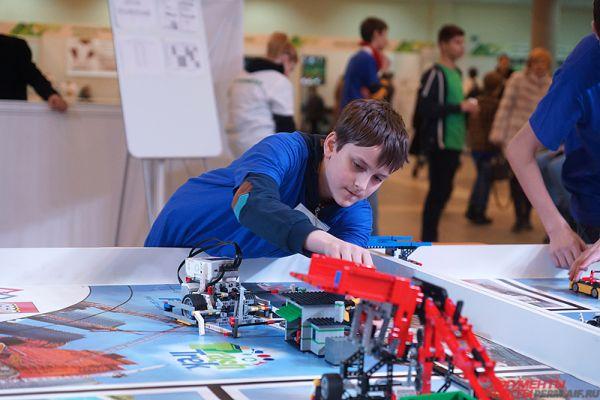 Школьники собирают роботов прямо на самом турнире.
