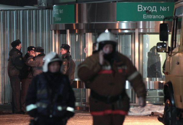 Через 30 минут после теракта службы «Домодедово» ввели тщательный контроль для всех входящих пассажиров, однако через несколько часов он был отменён, чтобы «избежать столпотворения людей».