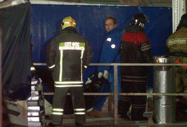 Работники МЧС выносят тела погибших в результате взрыва.