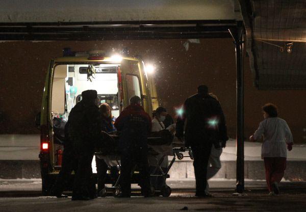 Работники МЧС эвакуируют пострадавшего в результате взрыва в аэропорту «Домодедово».