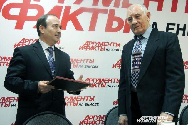 Награду вручает заместитель министра здравоохранения Борис Немик.