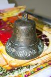 Поддужный колокольчик середины 19 века. Выпущен в Вятской губернии. Надпись на нем дословно: «Кого люблю, того дарю».