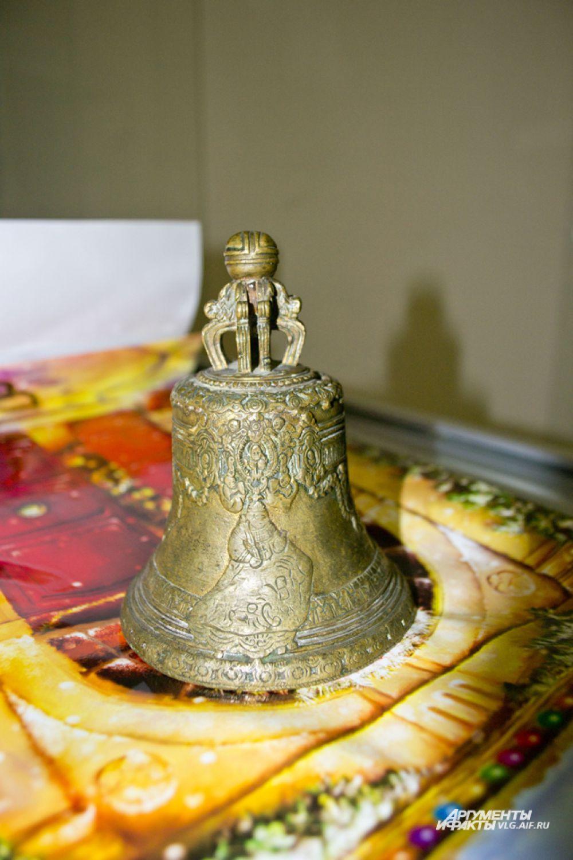 Церковный колокол с изображениями соответствующей тематики.