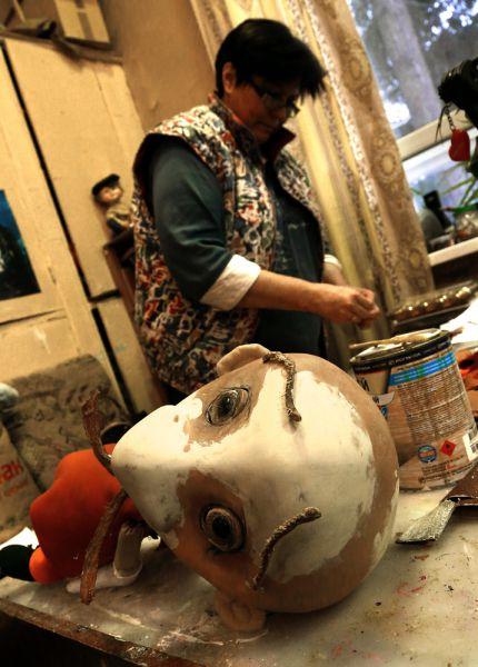 В театре работает отдел реставрации кукол. Там восстанавливают сломанные или старые марионетки