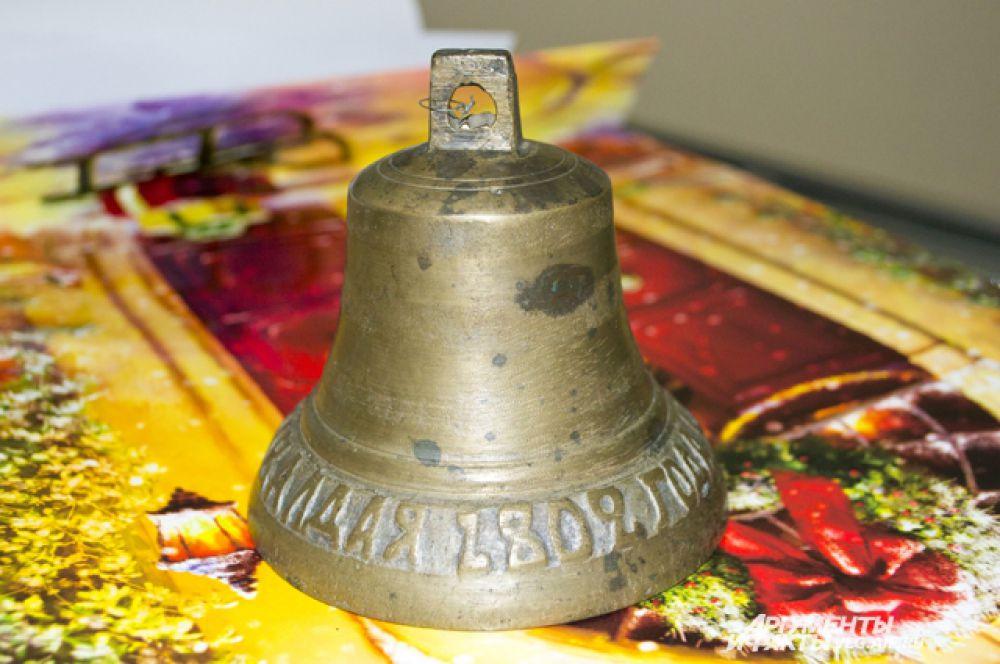 Самому старому колокольчику, представленному на выставке около 200 лет. Это современник Пушкина, отлитый в 1802 году в городе Валдае Новгородской губернии.