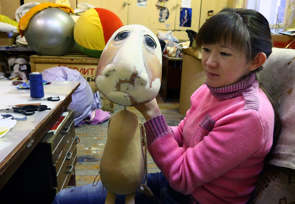 Пьеро вскоре покрасят, сошьют для него новую одежду, и кукольный артист выйдет на сцену к детям