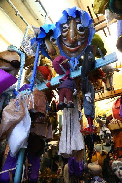 Те куклы, которые нельзя хранить в ящиках, находятся в специальном костюмированном цехе