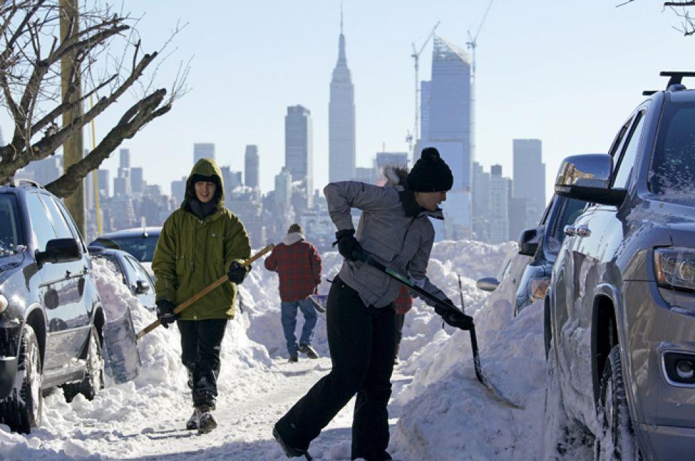 Жители чистят улицы от снега в Нью-Йорке.