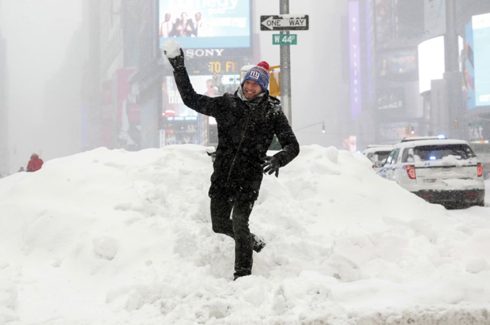Туристы из Германии играют в снежки на Таймс-сквер.