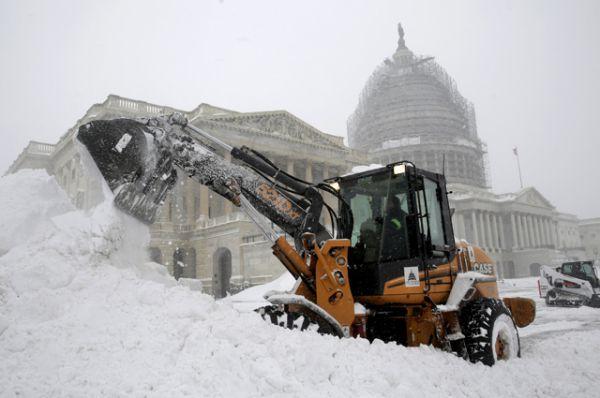 Уборка снега около Капитолия.
