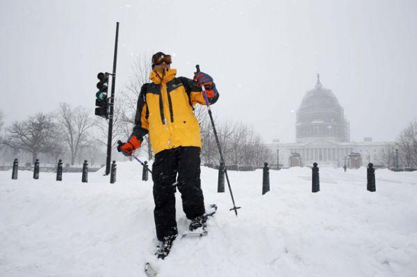 Мужчина на лыжах перед зданием Капитолия.