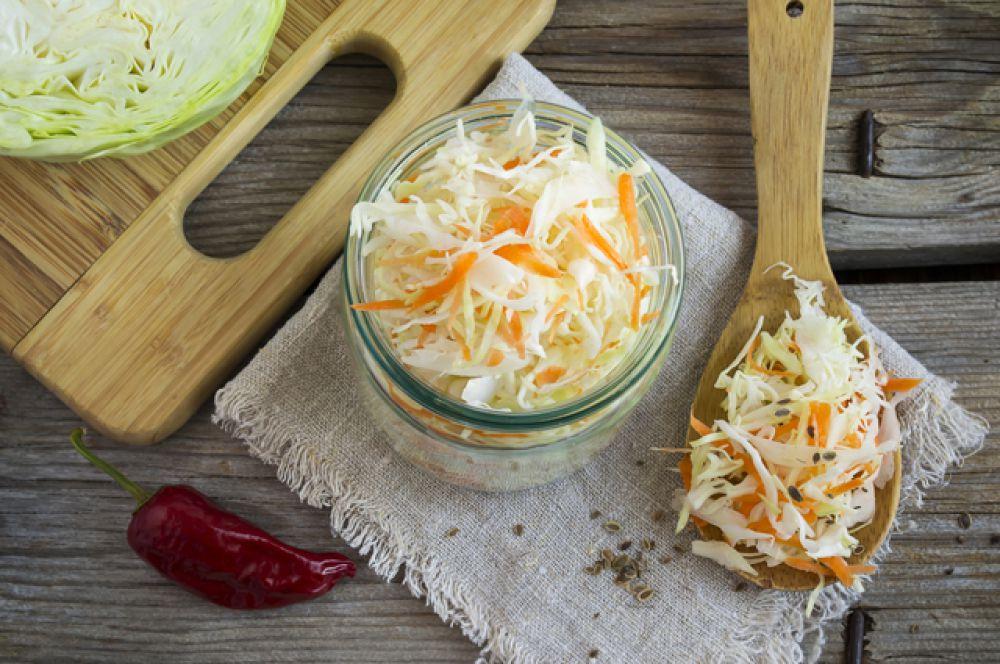 Квашеная капуста. В капусте очень много витамина С, нужно съесть всего 100 граммов капусты, чтобы получить суточную дозу этого витамина. При квашении витамин полностью сохраняется, чего не скажешь о свежей, хранящейся всю зиму капусте. Так что именно квашеный продукт является традиционной русской зимней едой. И спасением от болезней.