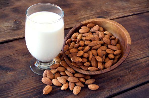 Горсть миндаля также поможет укрепить иммунитет и защитит от стресса, ведь в ней содержится суточная доза витамина Е. Также миндаль богат рибофлавином и ниацином (витамины группы В).