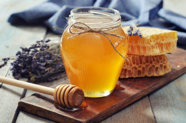 Мёд повышает сопротивляемость организма к любым негативным воздействиям извне. Борется он и с микробами, и с вирусами. Очень эффективен вместе с лимоном и горячим чаем. Только мед нужно не класть в чай (так как при нагреве он теряет свои полезные свойства), а есть «вприкуску». Кстати, не рекомендуется есть его перед выходом на улицу, он слишком разогревает организм, и вы рискуете простудиться.