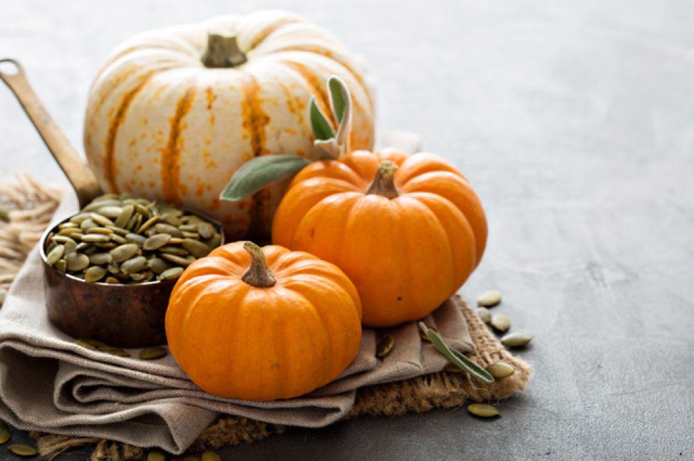Тыква и другие оранжевые овощи не только повышают настроение, но и заботятся о защите организма. В тыкве содержатся провитамин А, а также витамины В1 и С – они укрепляют иммунитет. Кроме того, оранжевые овощи содержат квертецин, обладающий противовоспалительными свойствами. Это вещество замедляет действие вируса и помогает организму выработать антитела.