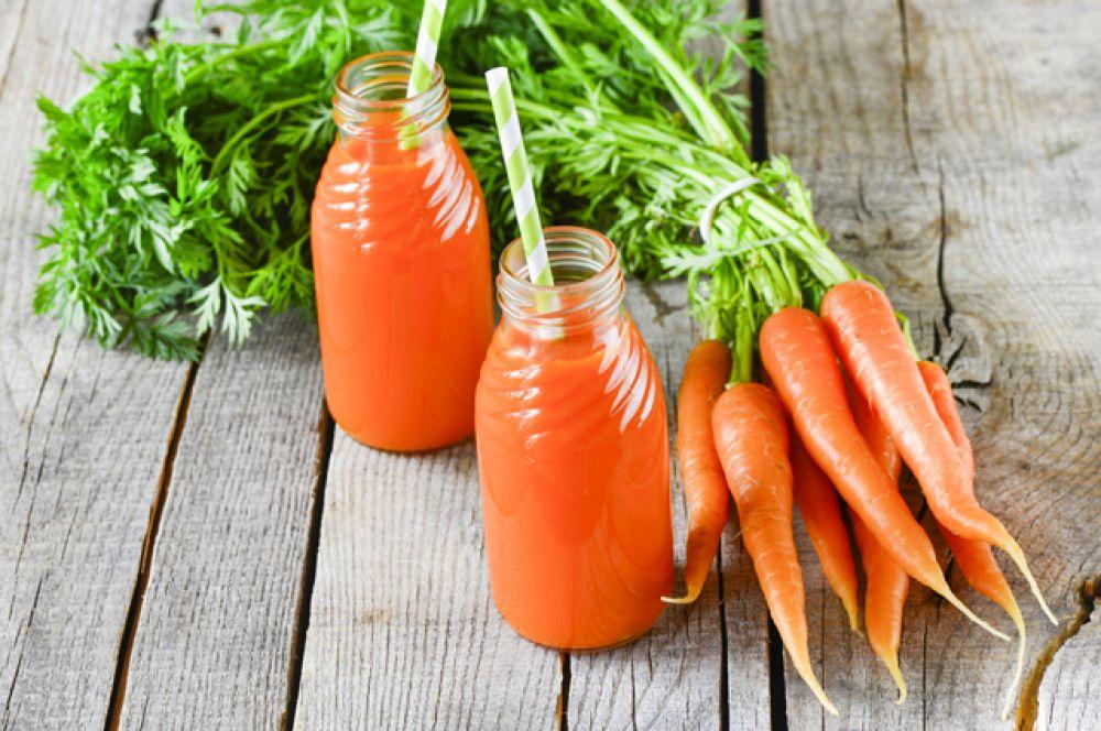 В моркови содержится бета-каротин, он укрепляет защитные функции организма, настраивая их работу на противостояние вирусным и бактериальным инфекциям. Нужно иметь в виду, что чем больше бета-каротина поступает в организм человека, тем больше становится в нем защитных иммунных клеток.