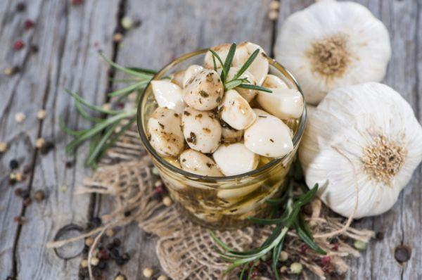 Главное богатство чеснока – вещество под названием аллиин. Именно оно придает чесноку остроту и специфический запах. Сам по себе аллиин не приносит организму особой пользы. Но, как только вы начинаете резать, давить или жевать чеснок, аллиин превращается в аллицин – природный антибиотик. Аллицин способен справиться с воспалениями, подавить размножение болезнетворных бактерий, повысить иммунитет и защитить от вирусов и инфекций. Однако для того, чтобы получить этот эффект, чеснок необходимо тщательно измельчить.