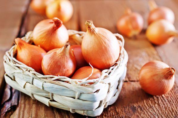Лук богат витамином С. По количеству аскорбиновой кислоты среднего размера луковица опережает апельсин! А вдыхание лукового запаха делает слизистую оболочку носа и горла неуязвимой для микробов. Поэтому в сезон простуд и гриппа полезно не только добавлять лук в супы и салаты, но и делать луковые ингаляции.