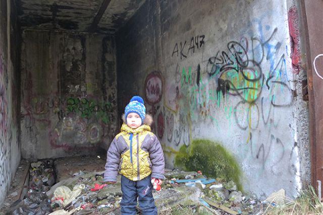 Дети могут запросто попасть в заброшенное здание, где часто собираются бомжи.
