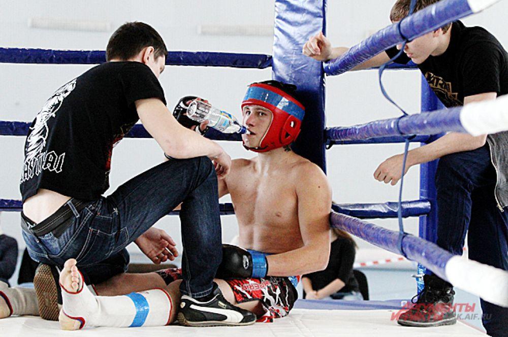 Из-за физической нагрузки и напряжения боя некоторым бойцам становится плохо.