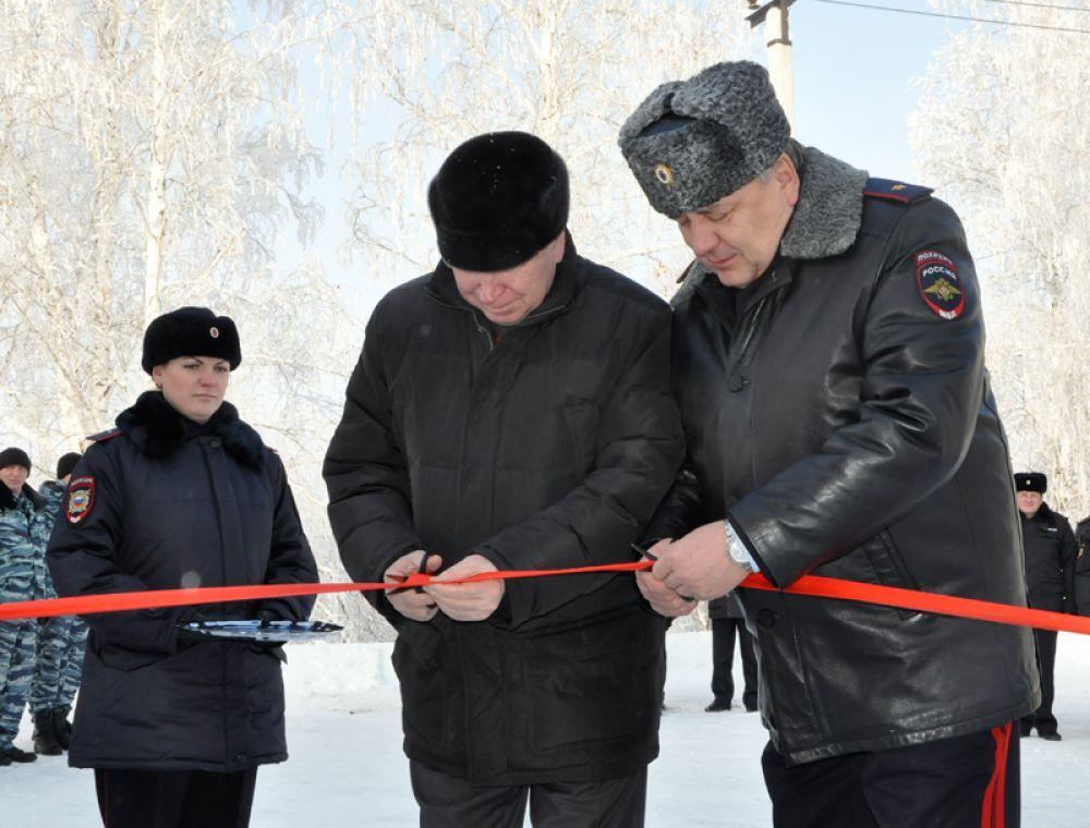 Почетное право перерезать красную ленту было предоставлено начальнику Управления МВД России по Ульяновской области Юрию Варченко.