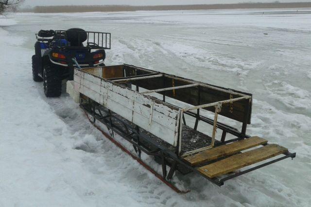 Калининградец за деньги катал людей по тонкому льду залива на квадроцикле.