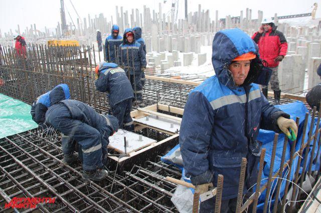 Строители работают в любую погоду.