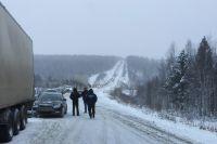 Зимой повороты и сколны трассы М-55 превращаются собирают многокилометровые пробки.